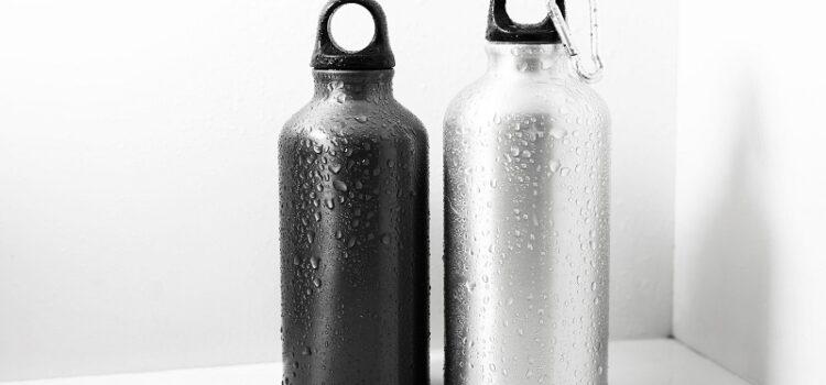 Praktyczne butelki z estetycznym nadrukiem